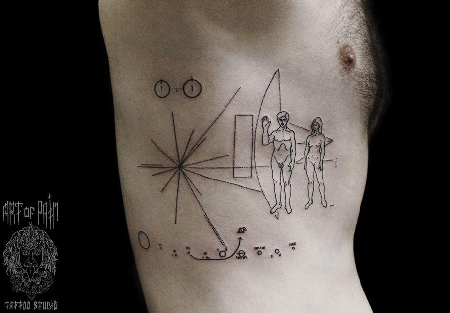 Татуировка мужская графика на ребрах космос
