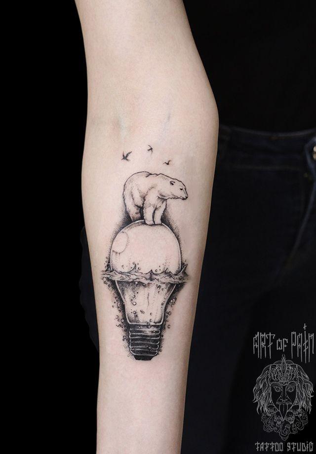 Татуировка женская графика на предплечье медведь