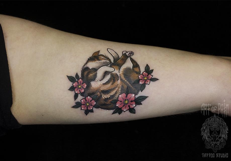 Татуировка женская нью скул на предплечье кошка