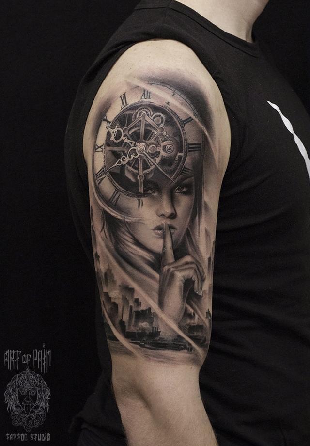 Татуировка мужская black&grey на плече дева часы