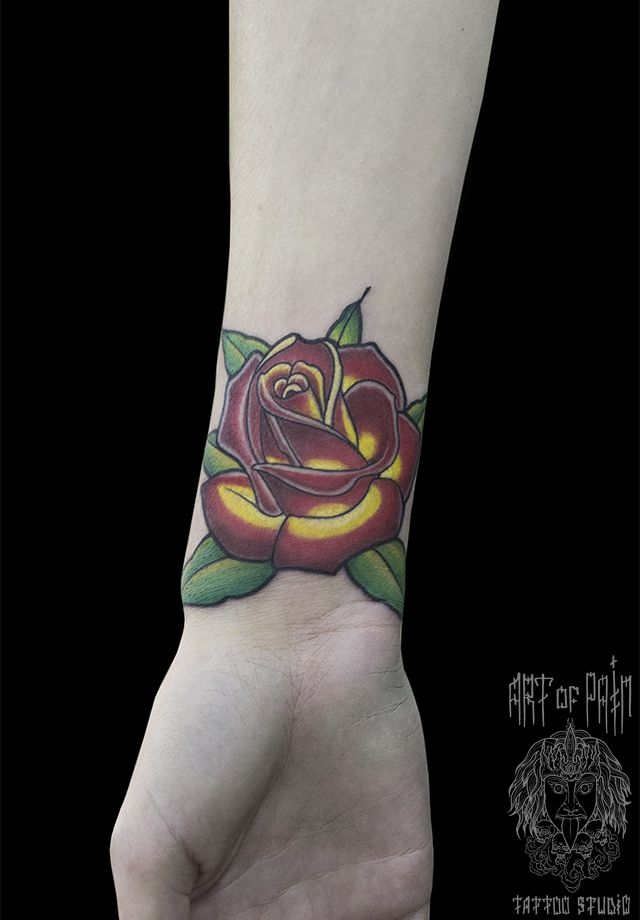 Татуировка женская олд скул на запястье роза