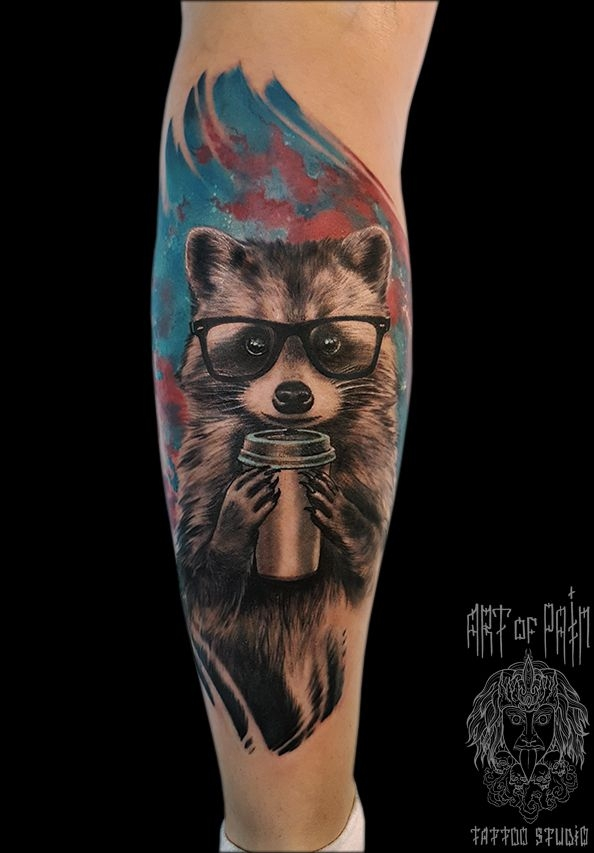 Татуировка мужская реализм на предплечье енот