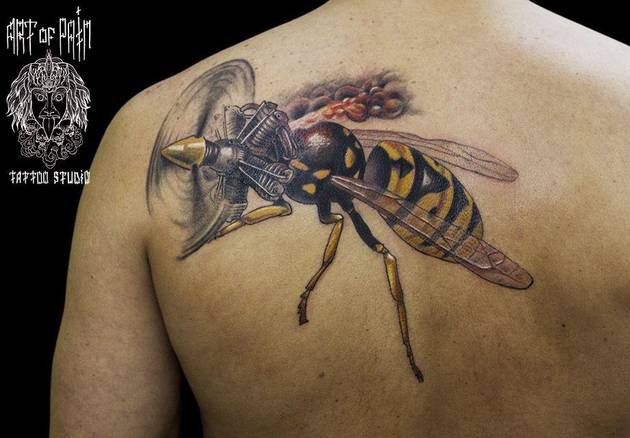 Татуировка мужская реализм на лопатке оса