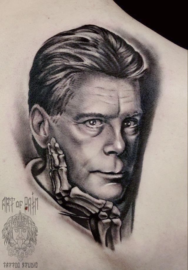 Татуировка женская реализм на лопатке портрет