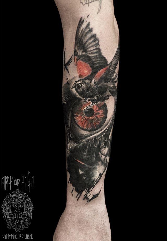Татуировка мужская реализм на предплечье птицы