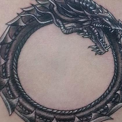 Татуировка мужская Black&Grey на спине кельтика