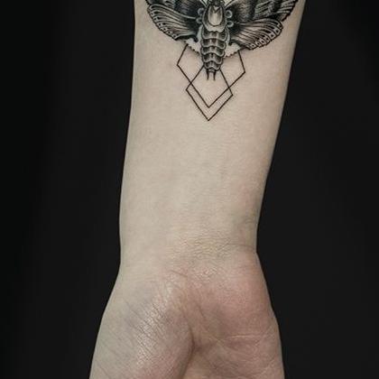 Татуировка мужская графика на предплечье мотылек