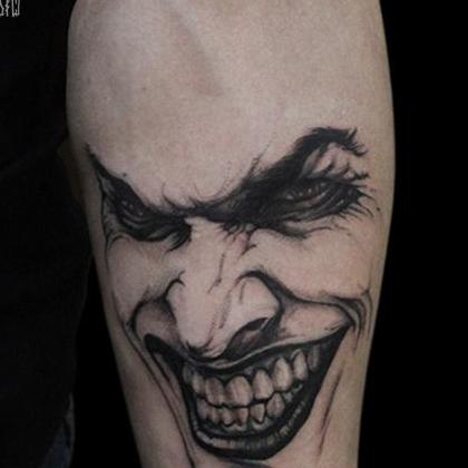 Татуировка мужская графика на предплечье портрет