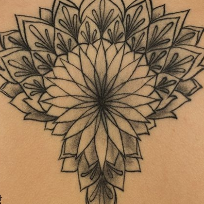 Татуировка женская графика на спине узор