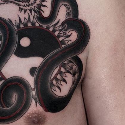 Татуировка мужская графика на груди змея
