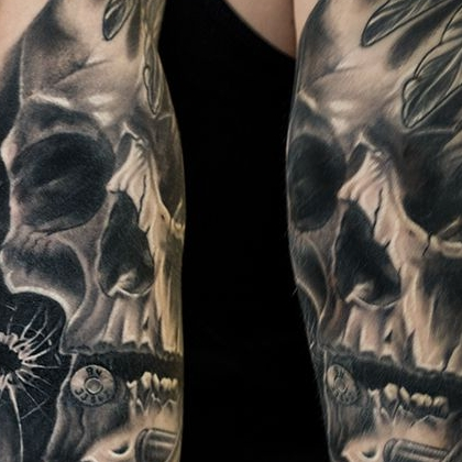 Татуировка мужская хорор на бицепсе череп