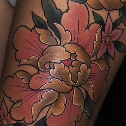 Татуировка женская япония на бедре пионы