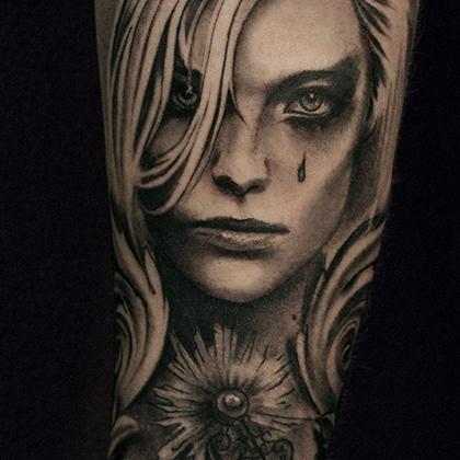 Татуировка мужская black&grey на предплечье девушка и часы