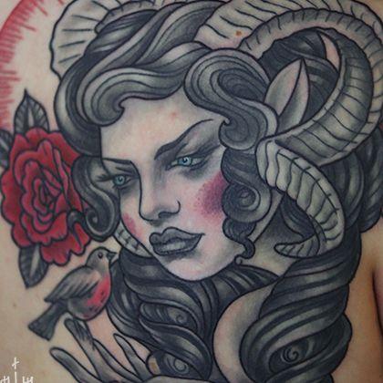 Татуировка женская нью скул на лопатке овен