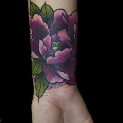 Татуировка женская олд скул предплечье цветы