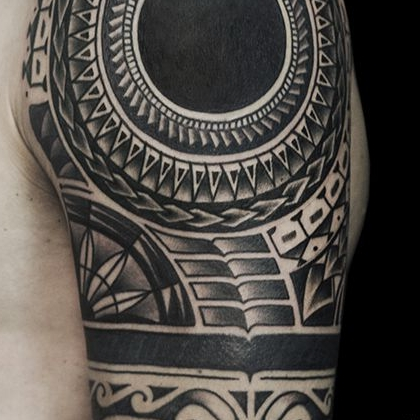 Татуировка мужская орнаментал на плече узор