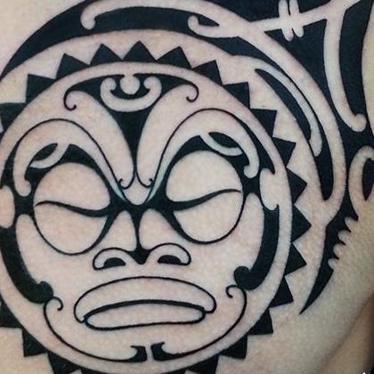 Татуировка мужская полинезия на груди маска