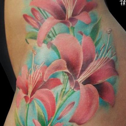 Татуировка женская реализм на бедре цветы