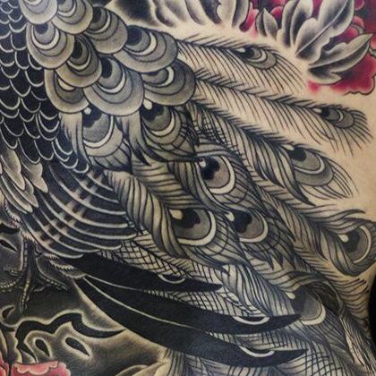 Татуировка женская япония на спине павлин