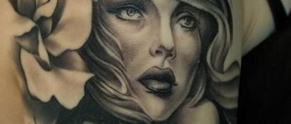 Татуировка женская Black&Grey на плече портрет