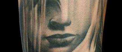 Татуировка женская Black&Grey на предплечье портрет