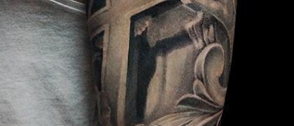 Татуировка мужская Black&Grey на плече религиозная