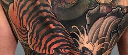 Татуировка мужская япония на спине тигр и пагода кавер