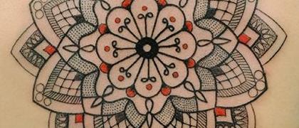 Татуировка женская графика на спине мандала