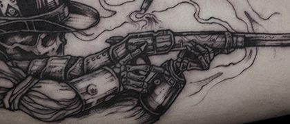 Татуировка мужская графика на бицепсе скелет