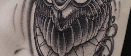 Татуировка женская графика на боку сова
