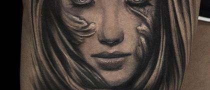 Татуировка мужская black&grey на бедре дева с вензелями