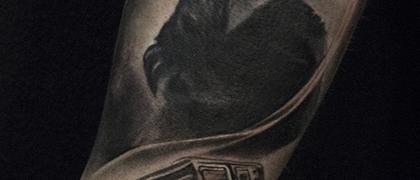 Татуировка мужская black&grey на предплечье острые козырьки