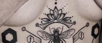 Татуировка женская графика на животе насекомые