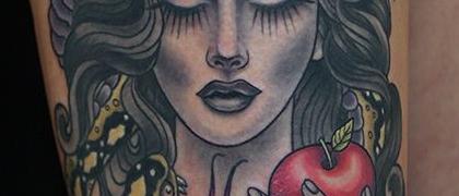 Татуировка женская нью скул на бедре девушка