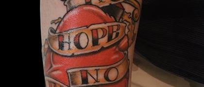 Татуировка мужская олд скул на предплечье сердце
