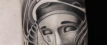 Татуировка мужская олд скул на плече маски