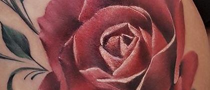 Татуировка женская реализм на бедре роза