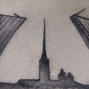Татуировка мужская Black&Grey на спине мост