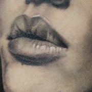 Татуировка мужская Black&Grey на бицепсе портрет