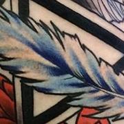 Татуировка женская нью скул на предплечье цветы и перо