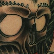Татуировка мужская графика на плече череп