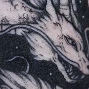 Татуировка женская графика на предплечье дракон