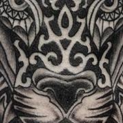 Татуировка мужская графика на плече лев