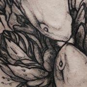 Татуировка женская графика на бедре рыбы