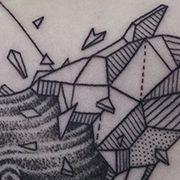 Татуировка мужская графика на бицепсе кит