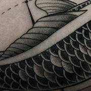 Татуировка мужская графика на бицепсе рыбы