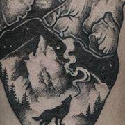 Татуировка женская графика на предплечье сердце