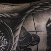 Татуировка мужская реализм на руке компас