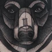Татуировка мужская нью-скул на груди медведь