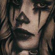 Татуировка женская реализм на предплечье дева с маской